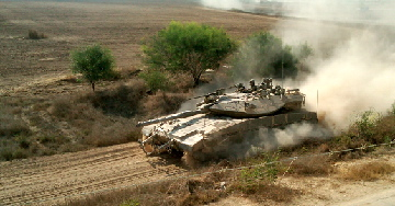 دبابة إسرائيلية تقوم بدورية على الحدود مع قطاع غزة في 2011. (Ilan Ben Zion/Times of Israel staff)