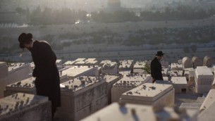 يهود متدينون يزورون القبور في المقبرة في جبل الزيتون، سبتمبر 2012 (Yonatan Sindel/Flash90)