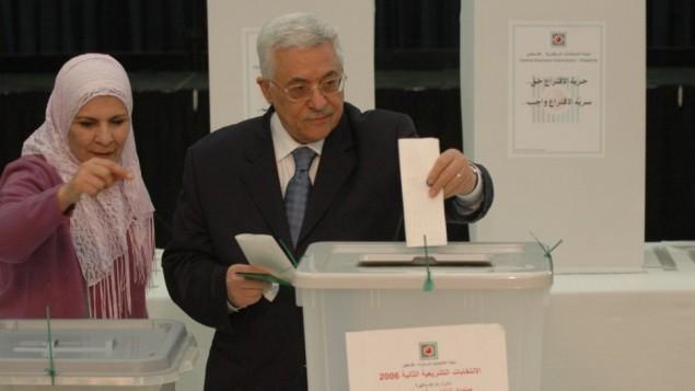 رئيس السلطة الفلسطينية محمود عباس يصوت في اخر انتخابات اجريت في السلطة الفلسطينية عام 2006 (Yossi Zamir/Flash90)