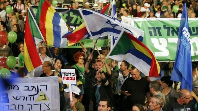إسرائيليون يشاركون في مسيرة للمطالبة في تغيير في الحكم في اسرائيل 7 مارس 2015 في ساحة رابين في تل أبيب AFP/JACK GUEZ