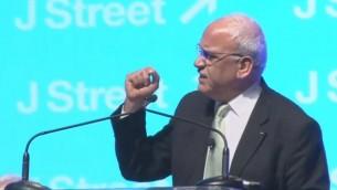 """المفاوض الفلسطيني صائب عريقات يتحدث في مؤتمر """"جاي ستريت"""" في واشنطن، 23 مارس 2015 (screen capture: YouTube)"""