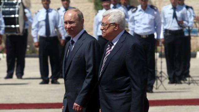 فلاديمير بوتين (من اليسار) ومحمود عباس (من اليمين) في بيت لحم، 2011. ( Issam Rimawi/Flash 90)