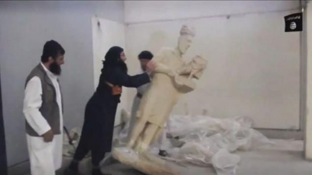 تدمير نشطاء الدولة الإسلامية للتماثيل في متحف الموصل (YouTube screen capture)