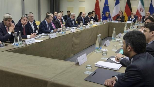 المشاركون في المفاوضات النووية الإيرانية في فندق في لوزان، سويسرا، 30 مارس 2015 (AFP/Brendan Smialowski, Pool)
