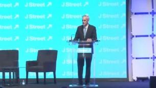 دنيس ماكدونو خلال كلمته في مؤتمر جيه ستريت في واشنطن في 23 مارس، 2015. (لقطة من  YouTube)