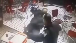 لحظة انزلاق شرطي فلسطيني في فيديو يعرض اخطاء الشرطة اثناء عملية اعتقال (YouTube screen capture)