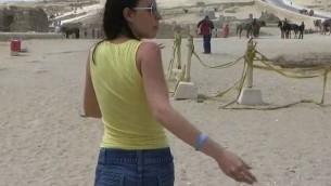 صورة شاشة من الفيلم الاباحي المزعزم الذي صوّر في اهرامات غيزا عام 1997 ونشر السنة الماضية عبر يوتوب