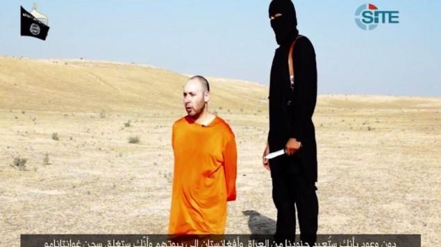 الجهادي جون بجانب الرهينة ستيفن سوتلوف بفيديو صدر في 2 سبتمبر 2014 (screen capture: SITE/Twitter)