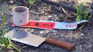 السكين الذي كان بحوزة منفذ هجوم الدهس في القدس، 6 مارس 2015 (screen capture: Channel 2 News)