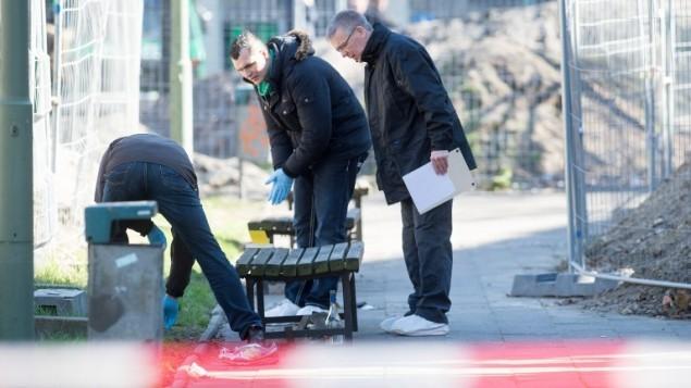 الشرطة الالمانية تحقق في مكان العثور على جثة رجل اسرائيلي في برلين، 5 ابريل 2015 (MAURIZIO GAMBARINI / DPA / AFP)