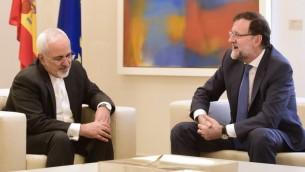 وزير الخارجية الإيراني محمد جواد ظريف خلال لقائه مع رئيس الوزراء الاسباني ماريانو راخوي في مدريد، 14 ابريل 2015 (GERARD JULIEN / AFP)