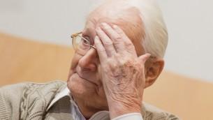اوسكار غرونينغ، 93، المحاسب السابق لمعتقل اوشفيتز، اثناء محاكمته في مدينة لونيبورغ شمال المانيا، 21 ابريل 2015 (JULIAN STRATENSCHULTE / POOL / AFP)