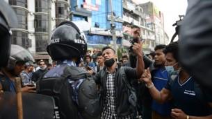 الشرطة النيبالية تصد السكان الذين بدأوا بالتظاهر على تأخر حافلات وعدت بها الحكومة لتنقلهم الى بلدانهم من العاصمة كاتماندو، 29 ابريل 2015 (PRAKASH MATHEMA / AFP)
