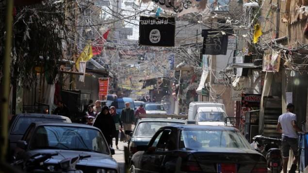 راية تنظيم الدولة الاسلامية في مخيم عين الحلوة للاجئين الفلسطينيين في لبنان، 16 مارس 2015 (JOSEPH EID / AFP)