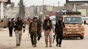 مقاتلون من جبهة النصرة والفصائل الاسلامية في شوارع مدينة ادلب السورية، 29 مارس 2015 (ZEIN AL-RIFAI / AMC / AFP)