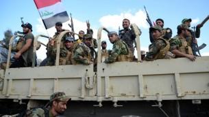 مقاتلون شيعيون يحتفلون داخل مدينة تكريت شمال العراق، 31 مارس 2015 (AFP PHOTO / STR)