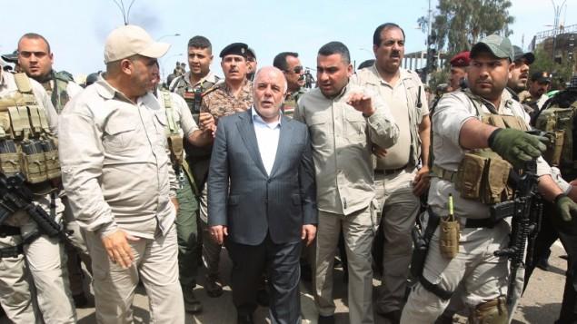 رئيس الوزراء العراقي حيدر العبادي يزور مدينة تكريت المحررة في 1 ابريل 2015 (AHMAD AL-RUBAYE / AFP)