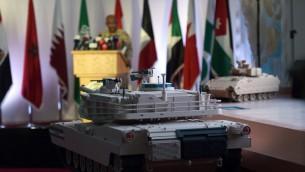 نموذج لعربة مدرعة مهروضة خلال المؤتمر الصحافي السعودي اليومي لعرض عمليات عاصفة الحزم، 2 ابريل 2015 (FAYEZ NURELDINE / AFP)