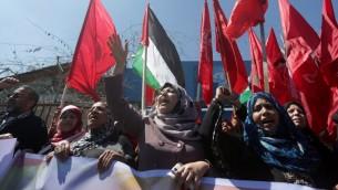 نساء فلسطينيات يهتفن خلال وقفة تضامنية مع مخيم اليرموك في مدينة غزة، 6 ابريل 2015 (MAHMUD HAMS / AFP)