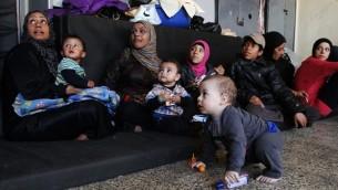 لاجئون فلسطينيون فروا من مخيم اليرموك داخل مدرسة في العاصمة دمشق، 6 ابريل 2015 (YOUSSEF KARWASHAN / AFP)