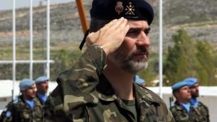 العاهل الاسباني الملك فيليب السادس يزور النصب التذكاري ل13 الجنود الاسبانيين الذين سقطوا في لبنان منذ عام 2007 اثناء زيارته للقاعدة العسكرية الاسبانية في جنوب لبنان، 8 ابريل 2015 (ALI DIA / AFP)