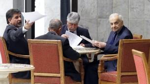 عضو اللجنة التنفيذية لمنظمة التحرير الفلسطيني احمد مجدلاوي (وسط) مع بعثة اللجنة بعد مؤتمر صحفي، 9 ابريل 2015 (LOUAI BESHARA / AFP)