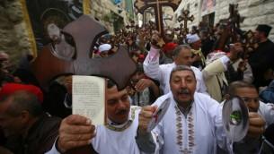 أق باط مصريين يشاركون في مسيرة الجمعة العظيمة في طريق الآلام في القدس، 10 ابريل 2015 (GALI TIBBON / AFP)