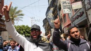 فلسطينيون يهتفون خلال تظاهرة نظمتها القوى الوطنية والاسلامية امام مقر اللجنة الدولية للصليب الاحمر في مدينة غزة لمناسبة يوم الاسير الفلسطيني، 17 ابريل 2015 (SAID KHATIB / AFP)