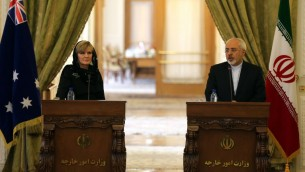 وزير الخارجية الإيراني محمد جواد ظريف في مؤتمر صحافي مشترك مع نظيرته الاسترالية جولي بيشوب، 18 ابريل 2015 (ATTA KENARE / AFP)