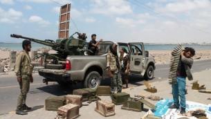 مقاتلون يمنيون موالون للرئيس عبد ربه منصور هادي في مدينة عدن الجنوبية في اليمن، 21 ابريل 2015 (SALEH AL-OBEIDI / AFP)