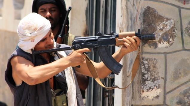عسكريون موالون للرئيس السابق علي عبد الله صالح في مدينة عدن، اليمن، 24 ابريل 2015 (SALEH AL-OBEIDI / AFP)