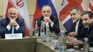 الوفد الإيراني قبل جلسة مع مجموعة 5+1 في لوزان، 30 مارس 2015 (BRENDAN SMIALOWSKI / POOL / AFP)