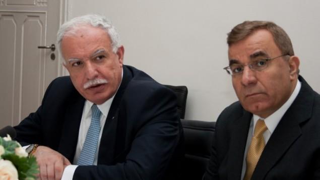 وزير الخارجية الفلسطيني رياض المالكي خلال مؤتمر صحفي في لاهاي بعد الانضمام الرسمي لفلسطين الى المحكمة الجنائية الدولية، 1 ابريل 2015 (JAN HENNOP / AFP)