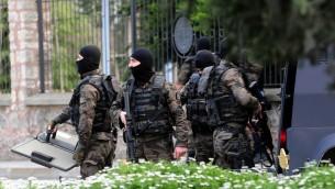 القوات الخاصة للشرطة التركية اثناء هجوم على مقر قيادة شرطة اسطنبول نفذه شخصان هما امراة ورجل على ارتباط بالجبهة الثورية لتحرير الشعب، 1 ابريل 2015 (OZAN KOSE / AFP)