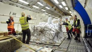 تحميل المساعدات الإنسانية للصليب الأحمر بطريقها الى اليمن في بلجيكا، 9 ابريل 2015 (SOPHIE KIP / BELGA / AFP)
