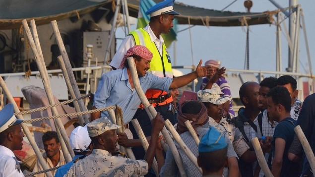 لاجئون فارون من اليمن يصلون الى ميناء جيبوتي، 14 ابريل 2015 (TONY KARUMBA / AFP)