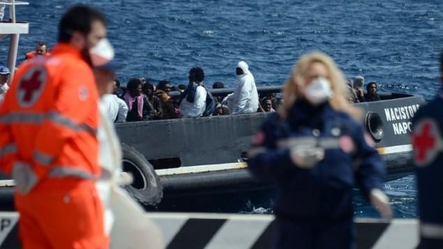 مهاجرون افريقيون يصلون ميناء صقلية في إيطاليا، 15 ابريل 2015 (GIOVANNI ISOLINO / AFP)