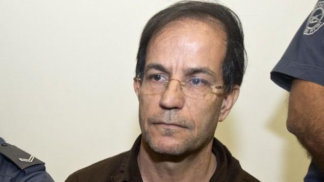 ارشيف - صورة لعلي منصوري، بلجيكي من اصول ايرانية الذي ادين بالتجسس لصالح ايران، في محكمة في بيتاح تكفا عند ابتداء محاكمته، 30 سبتمبر 2013 (JACK GUEZ / AFP)