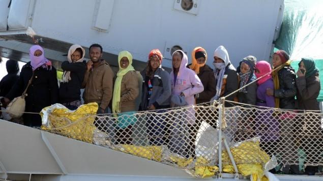 قارب ينقل مهاجرين يصل إلى ميناء ميسينا بعد عملية إنقاذ في البحر في 18 أبريل، 2015 في صقليا. السلطات الإيطالية قامت بإنقاذ أكثر من 11,000 مهاجر قاموا بهذه الرحلة الخطرة من شمال أفريقيا في الأسبوع الماضي، مع توقع مئات آخرين. (Giovanni Isolino/AFP)