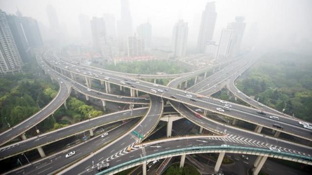 صورة توضيحية لشوارع مدينة شانغهاي في الصين، 19 ابريل 2015 (JOHANNES EISELE / AFP)