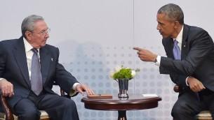 الرئيس الأمريكي باراك أوباما يتحدث مع الرئيس الكوبي راوول كاسترو على هامش قمة الأمريكيتين في بنما، 11 ابريل 2015 (MANDEL NGAN / AFP)