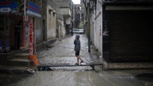 شوارع مغمورة بالمياه في مدينة غزة بعد الامطار الغزيرة في 12 ابريل 2015 (MOHAMMED ABED / AFP)