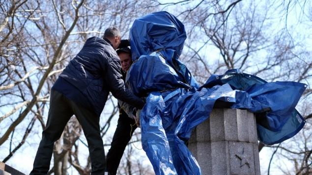 السلطات الأمريكية اثناء ازالة تمثال ادوارد سنودن في حديقة في نيويورك، 6 ابريل 2015 (JEWEL SAMAD / AFP)