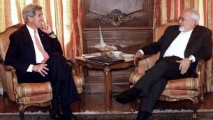 وزير الخارجية الأمريكي جون كيري مع نظيره الإيراني محمد جواد ظريف في مبنى الأمم المتحدة في نيويورك، 27 ابريل 2015 (JASON DECROW / POOL / AFP)