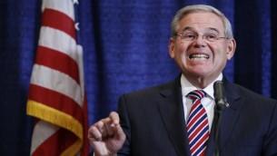 رئيس لجنة الشؤون الخارجية السابق في مجلس الشيوخ روبرت ميننديز خلال مؤتمر صحفي، 1 ابريل 2015 (Kena Betancur/Getty Images/AFP)