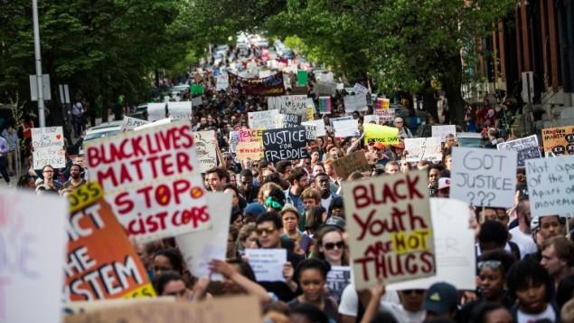 طلاب من كليات ومدارس بالتيمور يتظاهرون ضد مقتل فريدي غراس على يد الشرطة، 29 ابريل 2015 ( Andrew Burton/Getty Images/AFP)