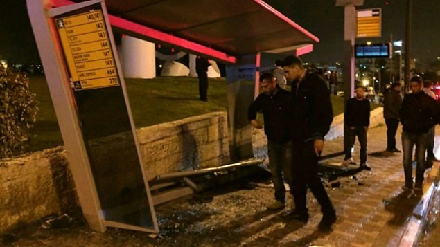 الشرطة تبحث في مكان اصطدام سيارة في محطة حافلات في القدس، 15 ابريل 2015 (Fire and Rescue Services)
