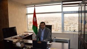 د. عبدالله صوالحة في مكتبه في مركز الدراسات الإسرائيلية في عمان،  29 مارس 2015 (Avi Lewis/Times of Israel)