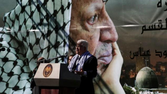 رئيس السلطة الفلسطينية محمود عباس يلقي كلمة أمام تظاهرة لإحياء الذكرى الخامسة لوفاة ياسرعرفات في مدينة رام الله بالضفة الغربية، 2009. (Issam Rimawi/Flash 90, file)
