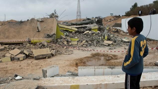 منزل مهدوم في قرية غير معترف بها في النقب، ديسمبر 2010 (Jorge Novominsky/Flash90)